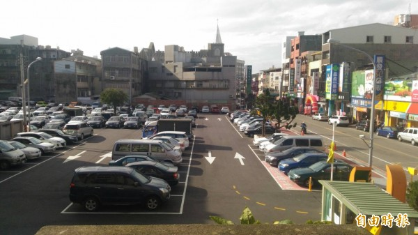 大甲文武停車場免費停車期間,停滿車輛。(記者張軒哲攝)