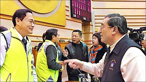 市議員張榮藏(右一)怒斥秘書長賴明煌(左一)濫用職權率一級主管出場,場面火爆。(記者王善嬿攝)