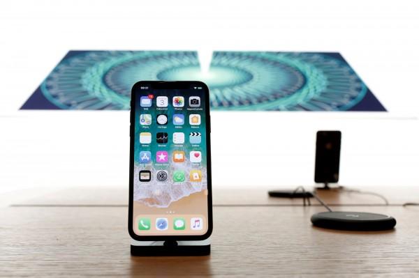 蘋果手機雖然銷量下滑,但iPhone X的高定價反讓蘋果公司獲利創紀錄。(路透)