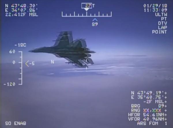 俄羅斯一架搭載導彈的蘇愷27(Su-27),1月29日在黑海的國際空域攔截美軍一架EP-3白羊(EP-3 Aries)偵察機,距離僅有1.5公尺,情況相當危急。(圖擷取自YouTube)