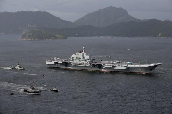 美國防務智庫蘭德公司(RAND)昨(1日)發表的最新的報告指出,中國解放軍攻打台灣的可能性大為提高。圖為解放軍航空母艦遼寧號艦隊。(美聯社資料照)