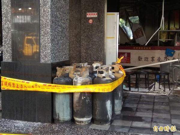 氣爆便當店使用12支瓦斯桶。(記者洪定宏攝)