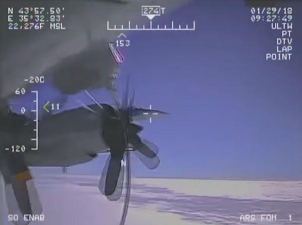 美軍最近公布2架飛機相伴飛行的監視畫面,顯示2架飛機距離極近,並指控俄方的行為危害雙方飛行員安全。(圖擷取自YouTube)