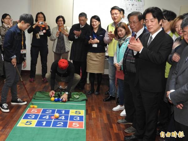 賴清德(右)參觀體適能教室,對長輩的槌球成績鼓掌叫好。(記者佟振國攝)
