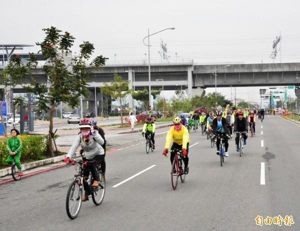 彰化高鐵聯外道路開通,上千位腳踏車、獨輪車友,頂著10度冷風前行,體驗通車樂趣。(記者陳冠備攝)