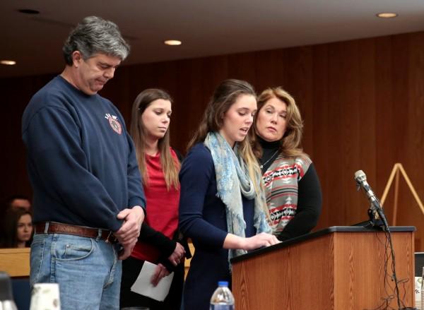 2日麥格瑞在美國密西根州出席作證,他的2個女兒也出席作證。(路透)