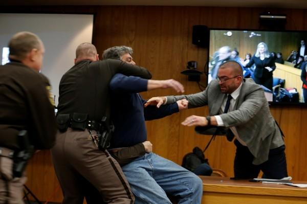 法警接著將麥格瑞制伏在地,將他鎖上手銬送離法庭。(路透)