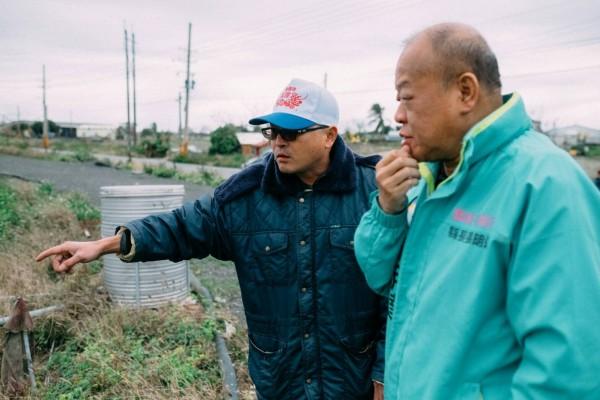 張明達到魚塭瞭解寒害情形。(張明達競選服務處提供)