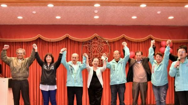 國民黨議員吳思蓉(左二)曾公開表態支持張明達(右四)。(記者林宜樟翻攝)