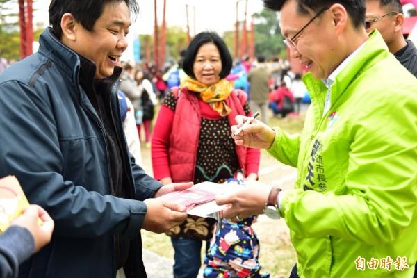 市長參選人趙天麟與議員參選人林智鴻推出移動樂園受歡迎。(記者陳文嬋攝)