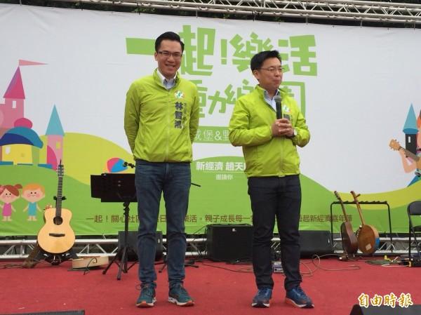 民進黨市長參選人趙天麟(右)與議員參選人林智鴻推出移動樂園受歡迎。(記者陳文嬋攝)