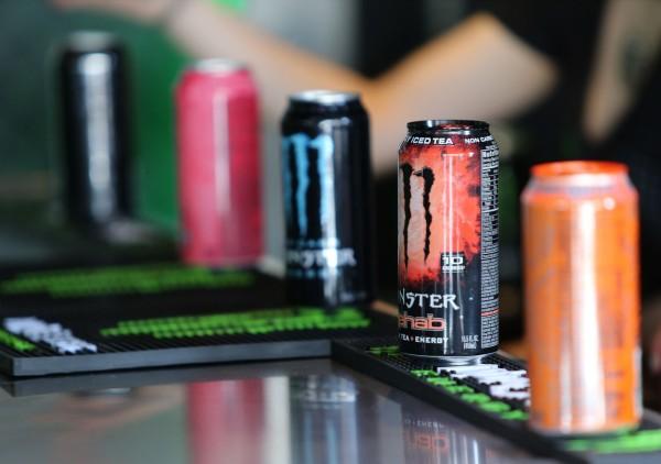 英國56歲男子米切爾(Nick Mitchell)為了上班提神,在6小時內灌了25瓶能量飲料,結果腦出血中風瀕死。圖為「怪獸(Monster)」能量飲料。(法新社)