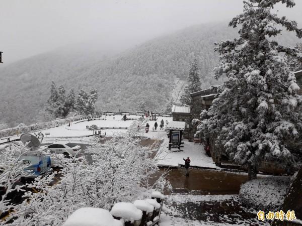 寒流發威,宜蘭太平山昨天清晨開始降雪。(資料照)