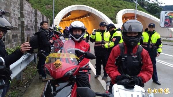 蘇花改今下午四點通車,有機車騎士從東澳端闖入,與汽車族一同體驗蘇花改,但最後仍被警方攔下。(記者張議晨攝)