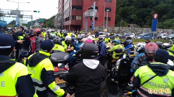 蘇花改今下午四點通車,有機車族不滿蘇花改禁行機車,在隧道口前方抗議。(記者張議晨攝)