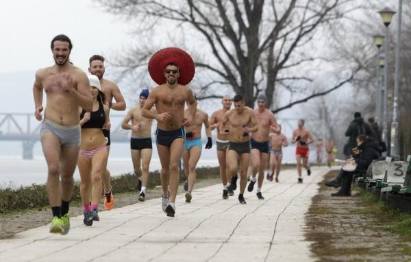 塞爾維亞昨日在3度的低溫下舉辦「內衣路跑」,跑者只要沿著多瑙河畔跑完1.6公里,就能抵達終點。(歐新社)