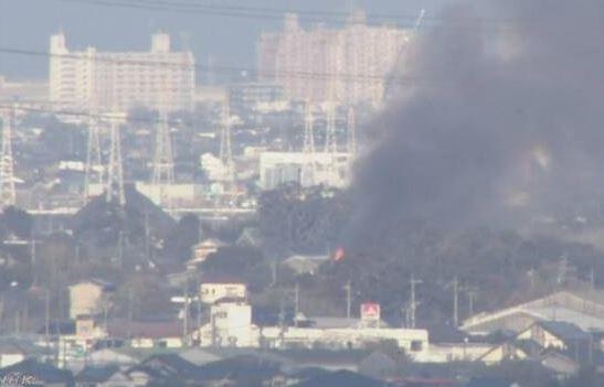 日本一架隸屬於陸上自衛隊西部方面隊的AH-64「阿帕契」直升機,在台灣時間下午3點45分,墜毀一處幼稚園附近,地面燃起熊熊火勢。(圖擷自《NHK》)