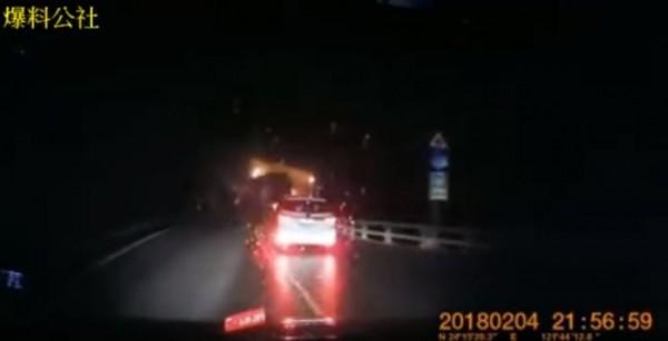 昨花蓮近海規模5.8地震發生時有2輛小客車行經蘇花公路,突然一顆巨石從天而降,險些直接重砸前方汽車,場面驚險。(圖擷自「爆料公社3.0」YouTube頻道)