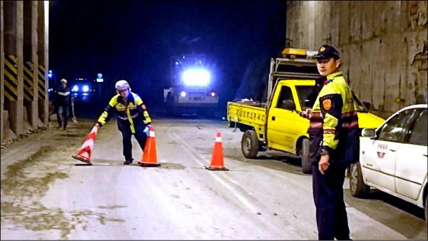 地震後蘇花公路164公里附近發生落石,花蓮縣新城警分局派出和平所警員在場管制通行。(新城警分局提供)