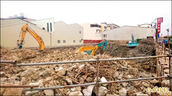維冠大樓正在拆除地下結構,預計109年6月重建完成。(記者劉婉君攝)