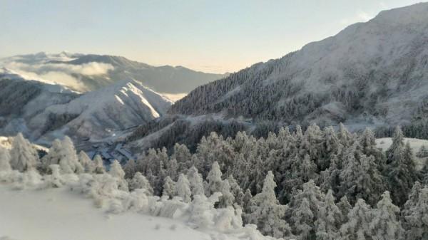 合歡山山頭、樹林全被白雪覆蓋,在陽光照耀及藍天映襯下格外美麗。(圖:仁愛分局提供)