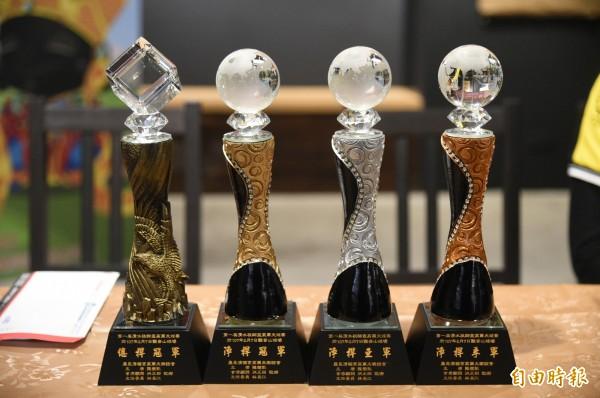 冠、亞、季軍可獲純金的金牌與獎盃,市價約1萬元,一桿進洞更可獲7萬元。(記者張忠義攝)