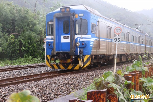 台灣鐵路局規劃2月14、19日2天,夜間11點過後加開的3班次「紅眼」列車,票價全部打7折。(記者林敬倫攝)