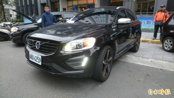 VOLVO轎車市價超過200萬,士林分署今以82萬價格拍出。(記者黃捷攝)