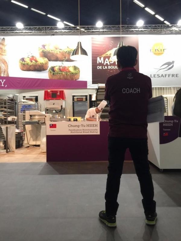 吳寶春在世界麵包賽現場觀戰(記者王榮祥翻攝臉書)