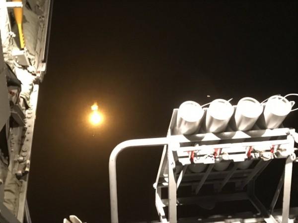 為了搜救黑鷹直升機,國軍C-130運輸機投放照明彈,以利國軍夜間執行搜救任務。(國防部提供)