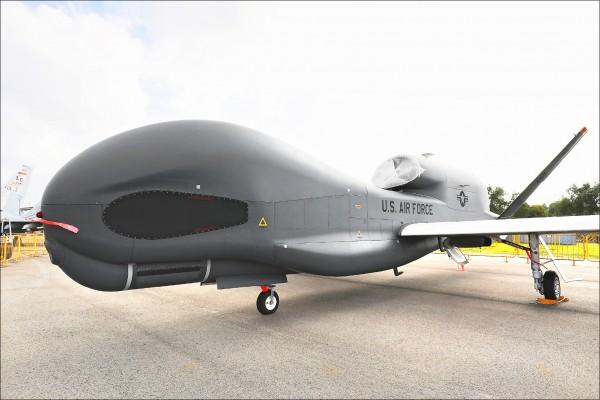 新加坡航空展將於六日至十一日舉行,美國諾斯洛普格魯曼公司製造的「RQ-4A全球之鷹」無人偵察機,五日在新加坡樟宜會展中心亮相。(彭博)