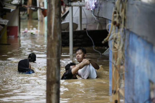 雅加達東區、南區及西區共有12個行政區受淹水影響,數千戶民宅淹水,雅加達省政府為此發出水災警訊,封鎖進入該城市的主要道路。(歐新社)