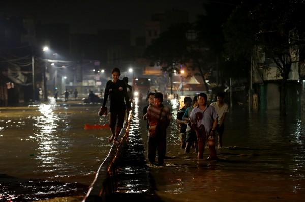 當局指出,在雅加達南區及東區共31個地點,有6532名民眾因為淹水被撤離。(法新社)
