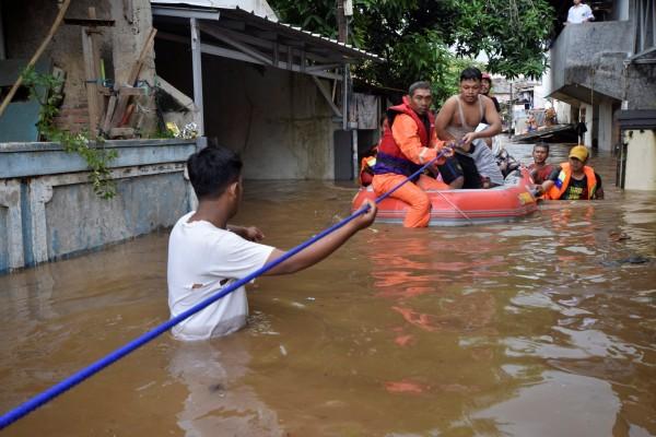 印尼近日持續暴雨,造成雅加達東區、南區及西區共有12個行政區受淹水影響,數千戶民宅淹水。(路透)