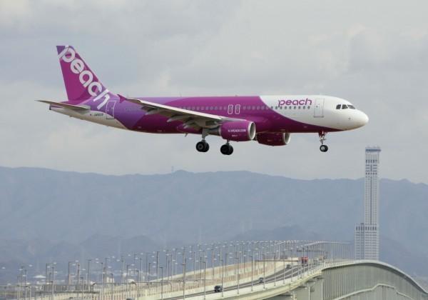 樂桃航空昨晚自桃園飛往關西的航班,有13名旅客未驗護照就入境。(美聯社)