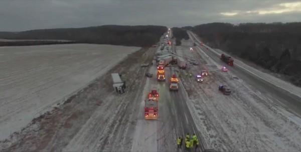 美國密蘇里州44號州際公路因大雪打滑,發生多起連環車禍,一共超過100多輛汽車互相追撞。(路透)