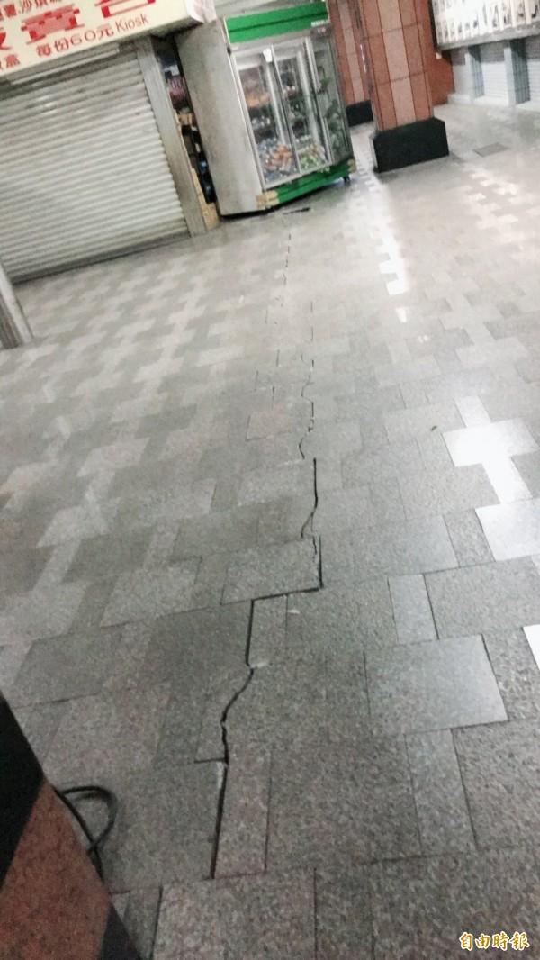 花蓮站內因地震出現裂縫。(台鐵局提供)