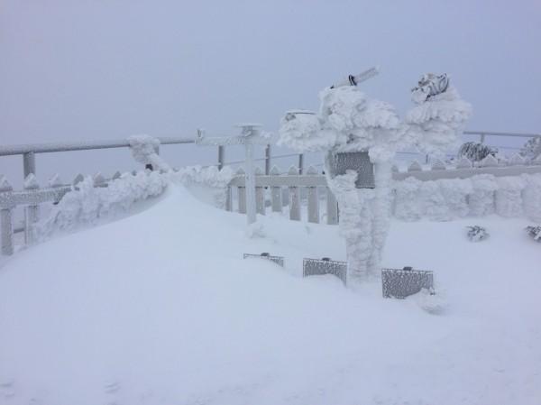 今天凌晨5點玉山北峰降下瑞雪。(氣象局提供)