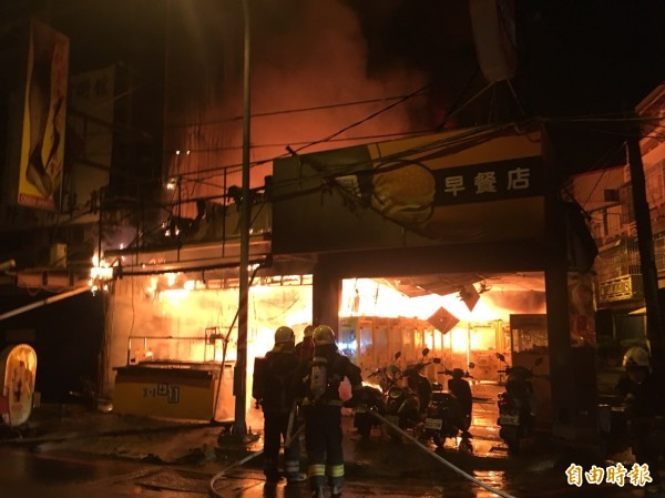 火勢一發不可收拾,早餐店和隔壁夾娃娃機店頓時陷入一片火海。(記者蘇福男翻攝)
