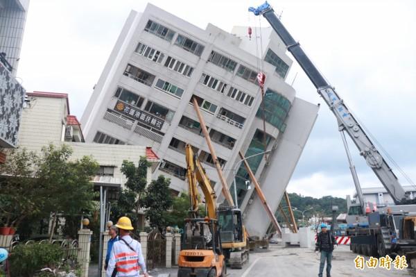 花蓮昨夜發生規模6的強震,造成4棟大樓傾倒,有花蓮人指出一輩子沒碰過這樣的震災。(記者林敬倫攝)