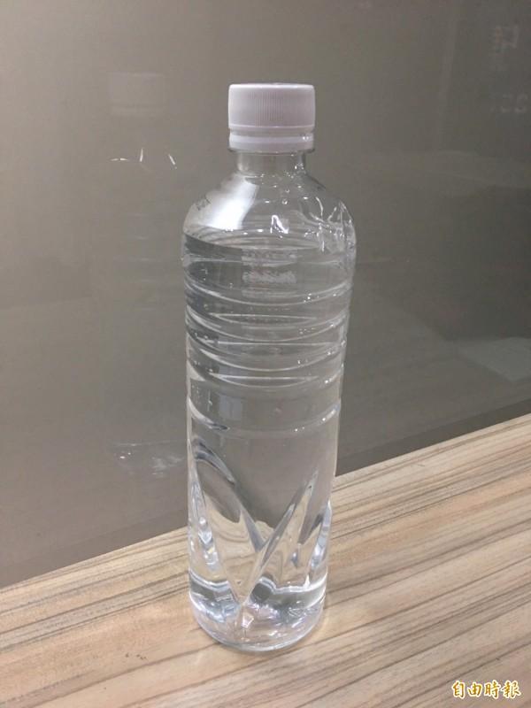 飲水是地震包必備物品之一。(記者林惠琴攝)