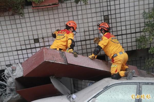 消防人員在危樓間穿梭。(記者林敬倫攝)