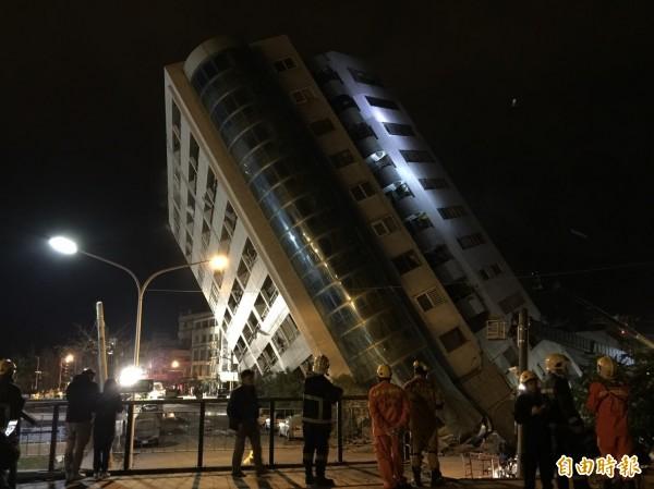 花蓮市雲門翠堤大樓內有旅店、住宅,在強震中嚴重傾斜,已傳出2死20傷,搜救人員努力疏散其他住戶。(記者王峻祺攝)