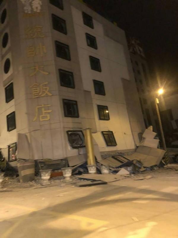 花蓮地區6日深夜傳出大地震,目前傳出包括統帥飯店在內兩棟大樓倒塌。(圖擷自爆料公社)