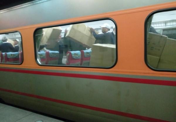 愛心物資塞滿台鐵車廂,一車一車地送往災區。(擷取自「慈濟@臺北」臉書粉專)