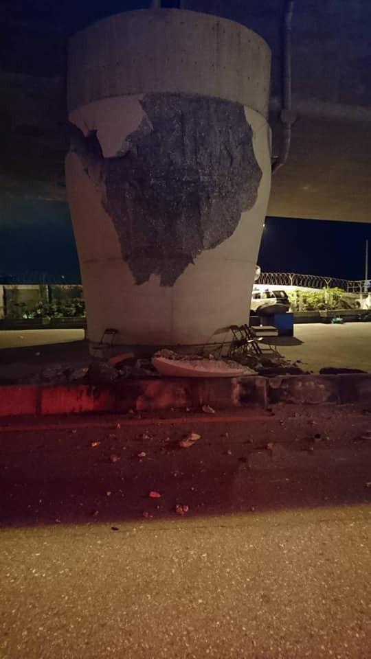 2月6日深夜地震,花蓮七星潭橋橋墩結構嚴重毀損,岌岌可危。(取自爆料公社)