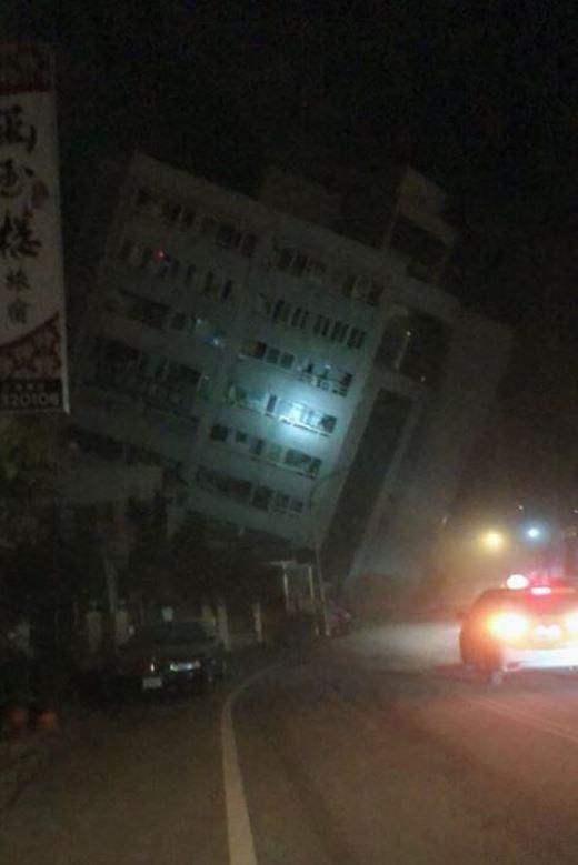 在6日深夜的強震後,目前包括花蓮市區的統帥飯店、中山路阿官火鍋兩棟大樓均倒塌。(圖擷自爆料公社)