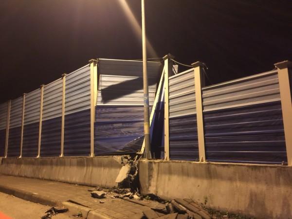花蓮地區6日晚間23:50左右發生規模6有感地震,目前傳出有兩棟大樓倒塌,且七星潭橋更傳出橋墩變形龜裂,目視有斷裂危險。(民眾提供)