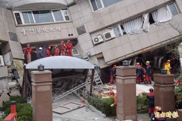 花蓮昨晚暗夜中規模6.0的強震,雲門翠堤大樓整個傾斜。(記者黃耀徵攝)