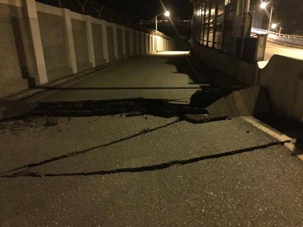七星潭橋更傳出橋墩變形龜裂,目視有斷裂危險。(民眾提供)